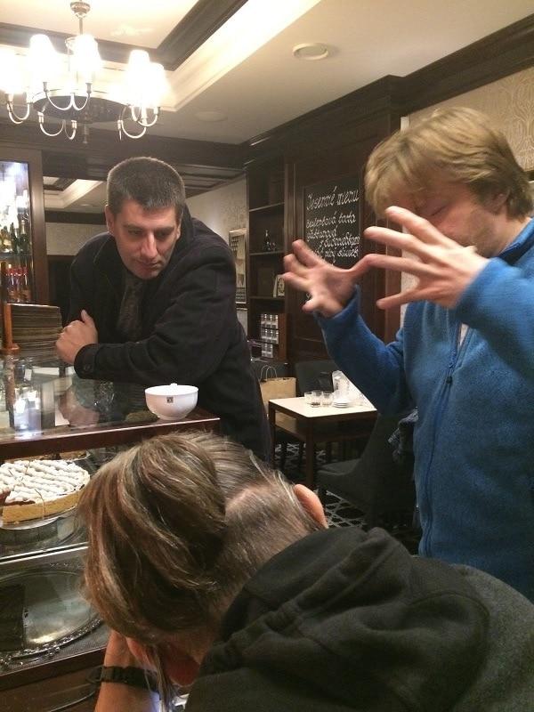 ľudia diskutujúci nad kávou