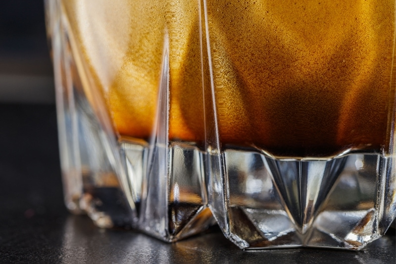 espresso v pohári z hrubého skla