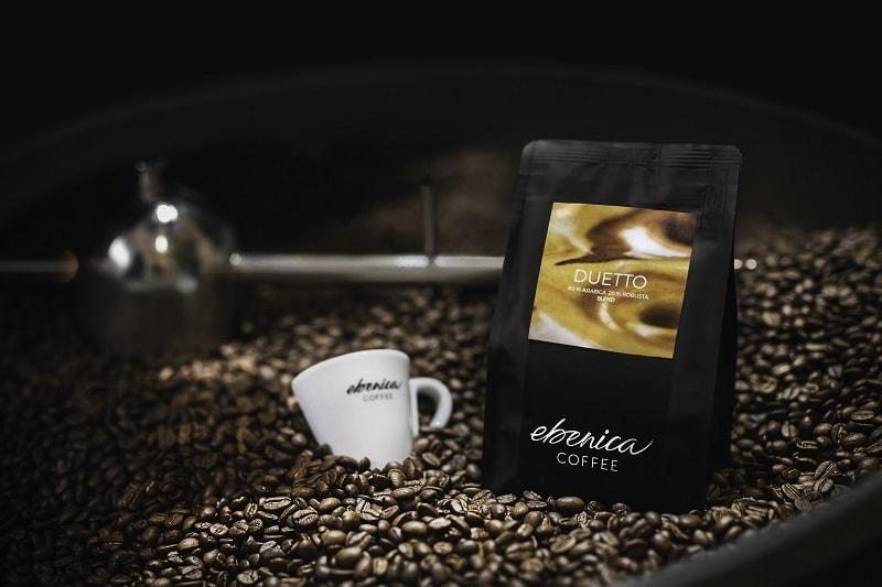 pražiaci bubon plný kávových zŕn
