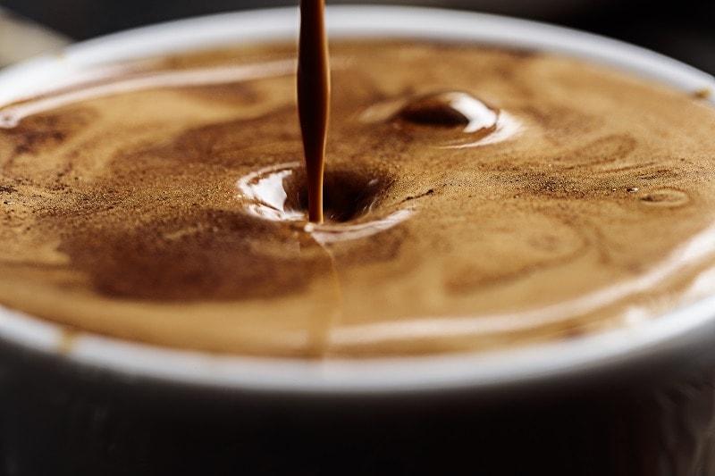 hladina espresso kávy makro