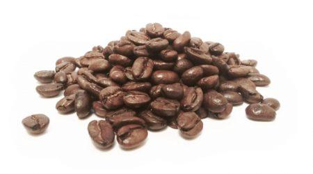detail upražených kávových zŕn