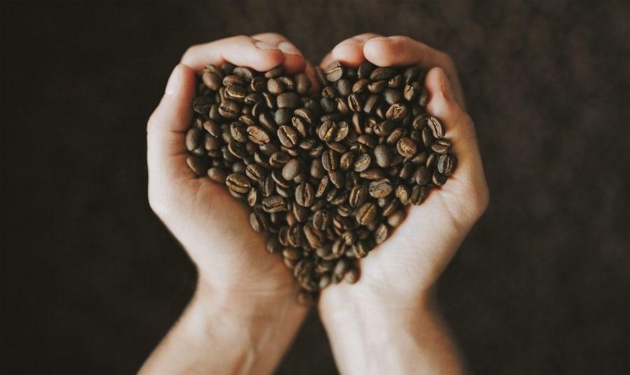 kávové zrná v tvare srdca