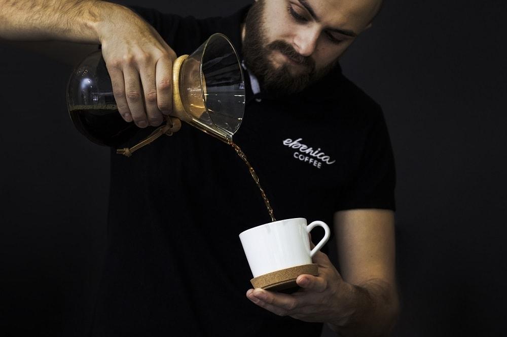 barista nalieva kávu do bielej šálky