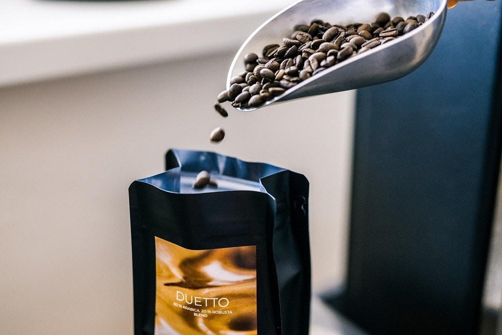 balenie upraženej kávy do ZIP LOCK obalov