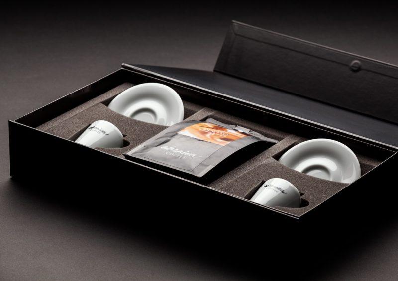 darčeková kazeta s kávou a šálkami