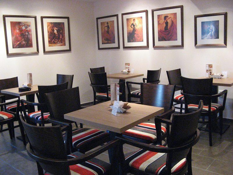 fotografia kaviarne so stolmi a stoličkami