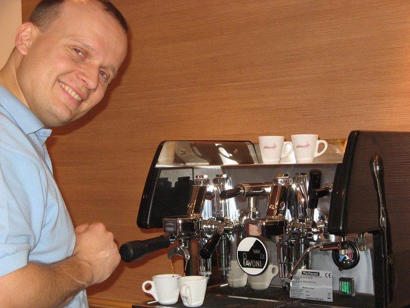 Marek pri kávovare pripravuje espresso