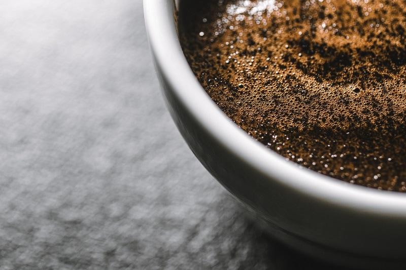 makro záber na kávovú hladinu