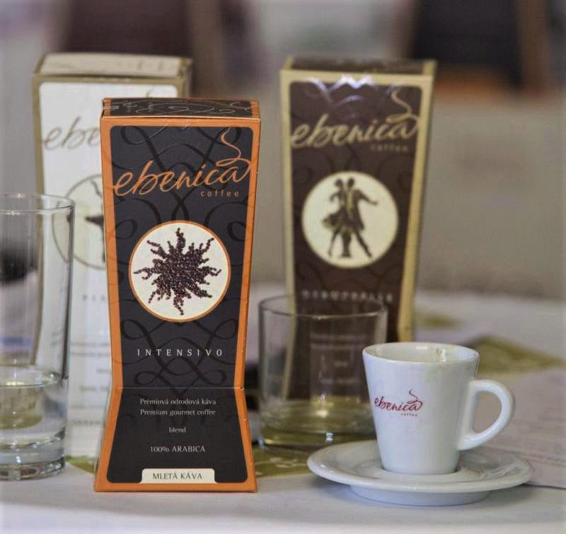 servírovanie šálok s kávou na stole