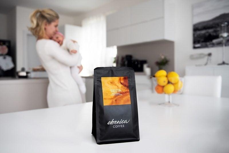 balenie nízkokofeínovej Siesty na kuchynskom pulte