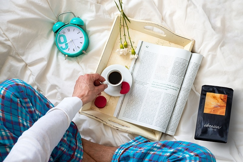 muž v pyžame pije nízkokofeínovú kávu