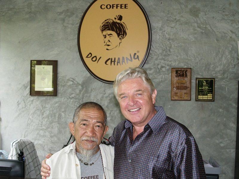 dvaja muži stojaci za kávou Doi Chaang