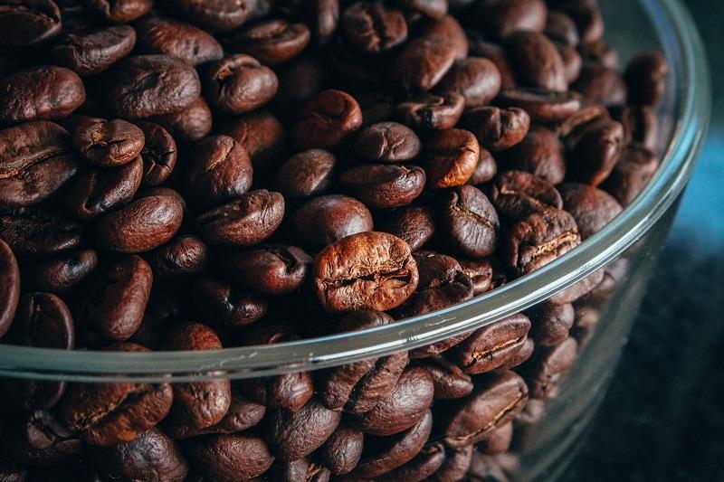 upražené kávové zrná v skle