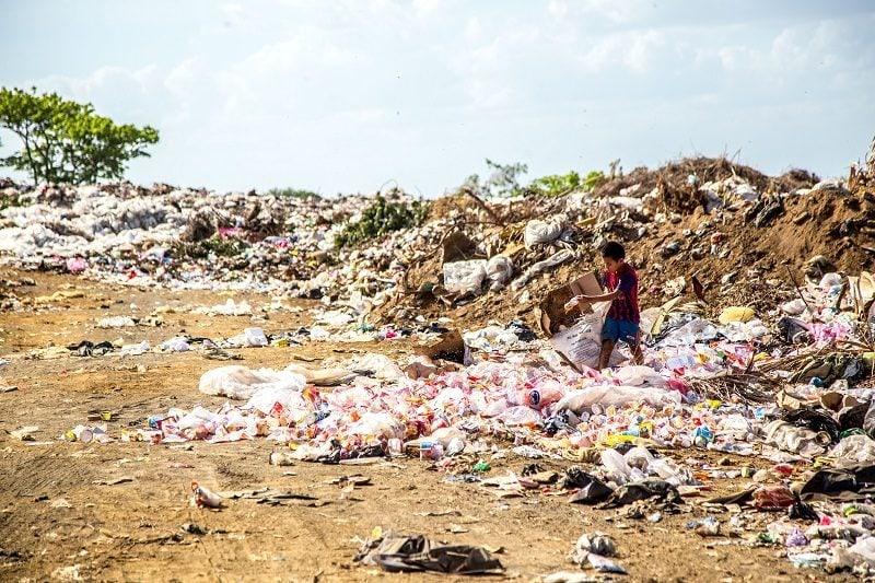 chlapec na skládke odpadu
