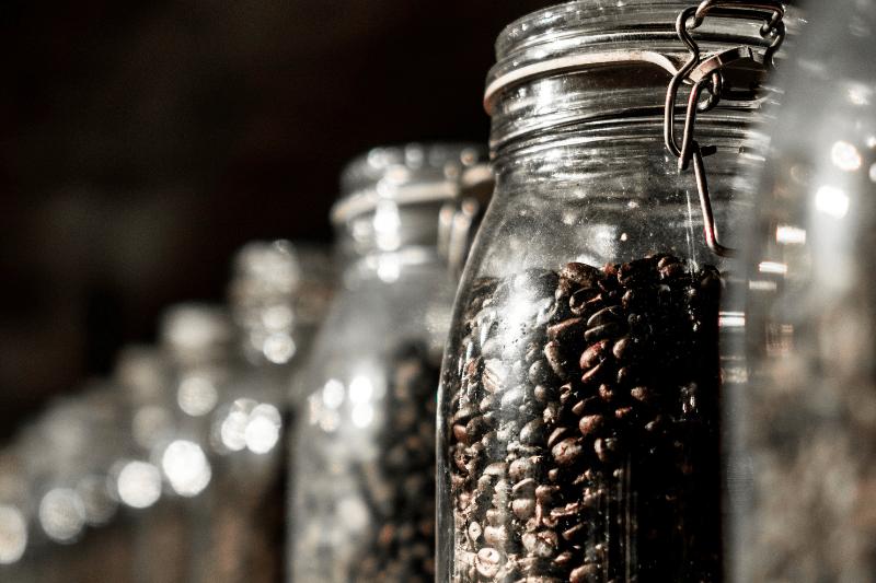 sklené nádoby s kávou
