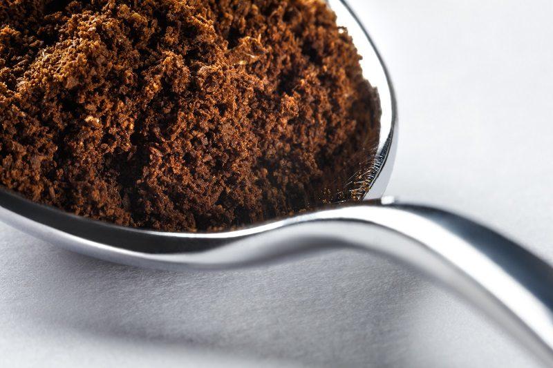 mletá káva na striebornej lyžičke
