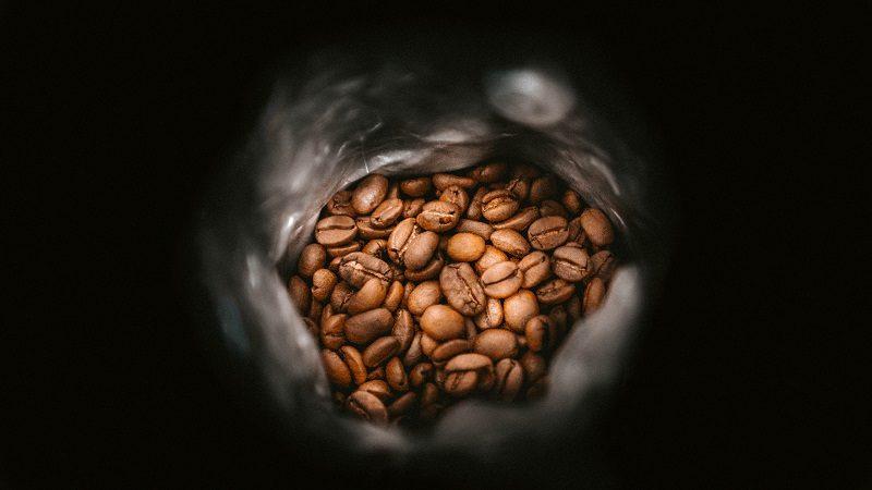 pražená káva v obale