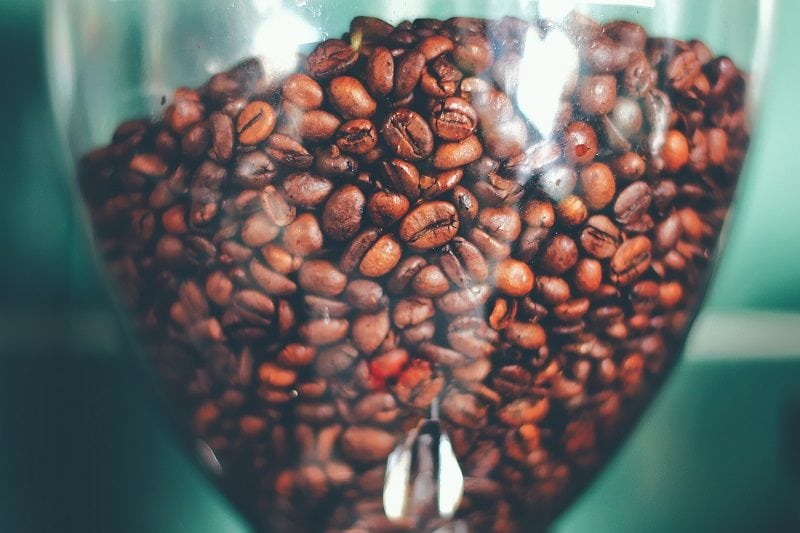 kávové zrná v násypníku mlynčeka