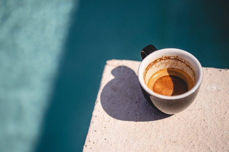 takmer prázdna espresso šálka