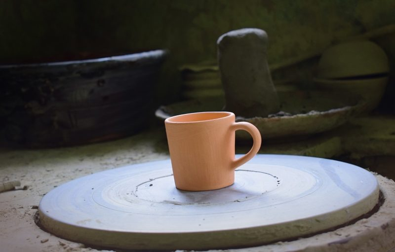 vysušený keramický hrnček na kávu