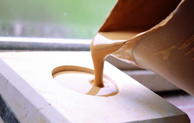 odlievanie keramického hrnčeka