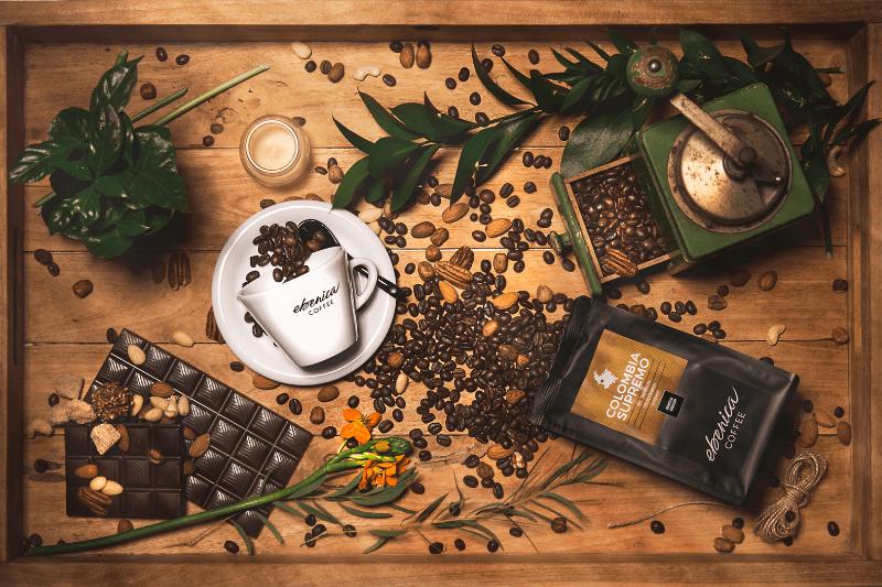 drevený podnos s naaranžovanými kávovými zrnami