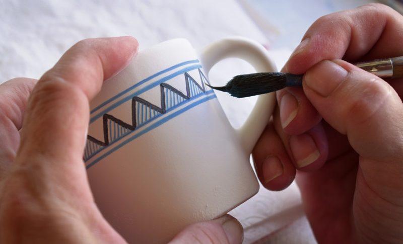 ručné maľovanie keramického hrnčeka