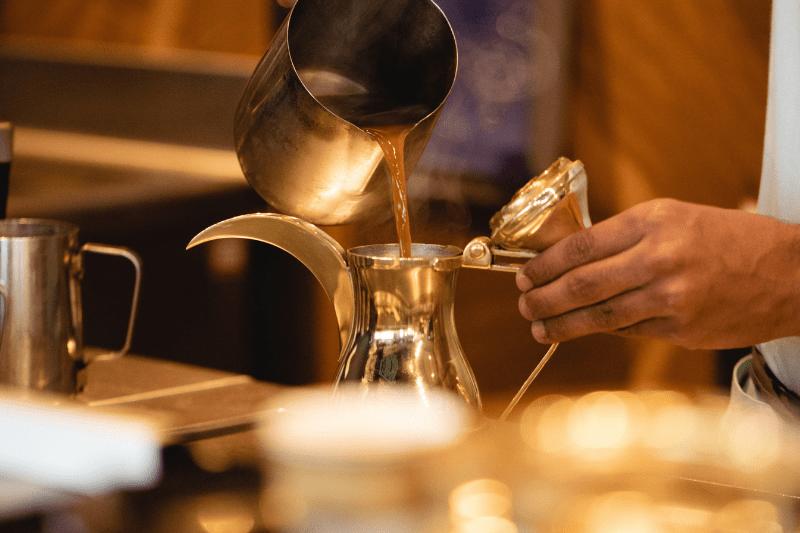 servírovanie kávy v plechových nádobách