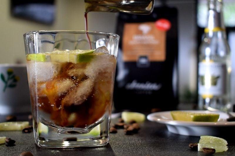 kávový nápoj espresso tonic s ľadom a citrónom