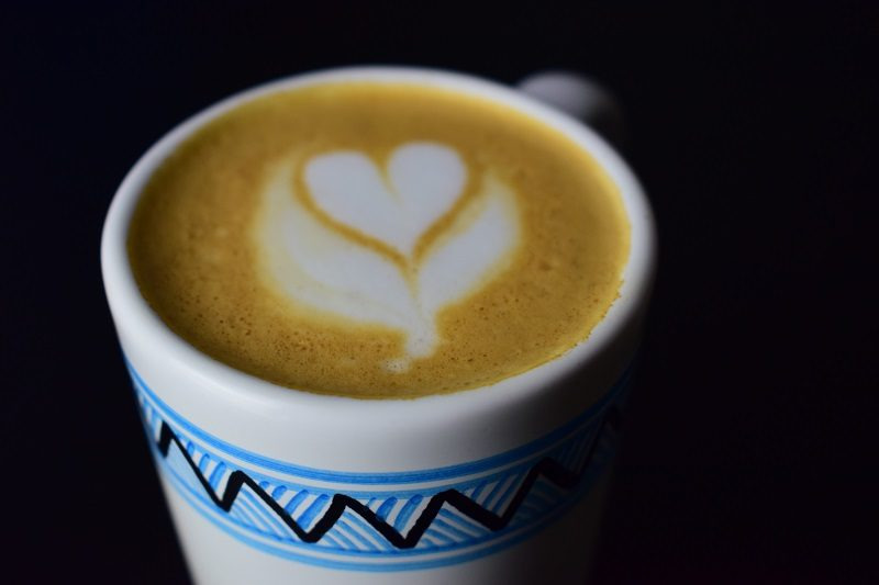 espresso s mliekom v keramickom hrnčeku