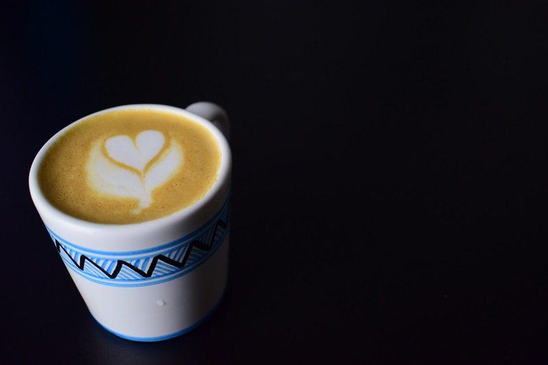 káva v keramickom hrnčeku majolika