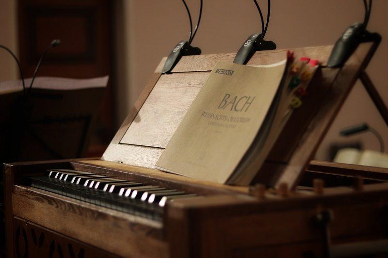 piano so zborníkom Bachových skladieb