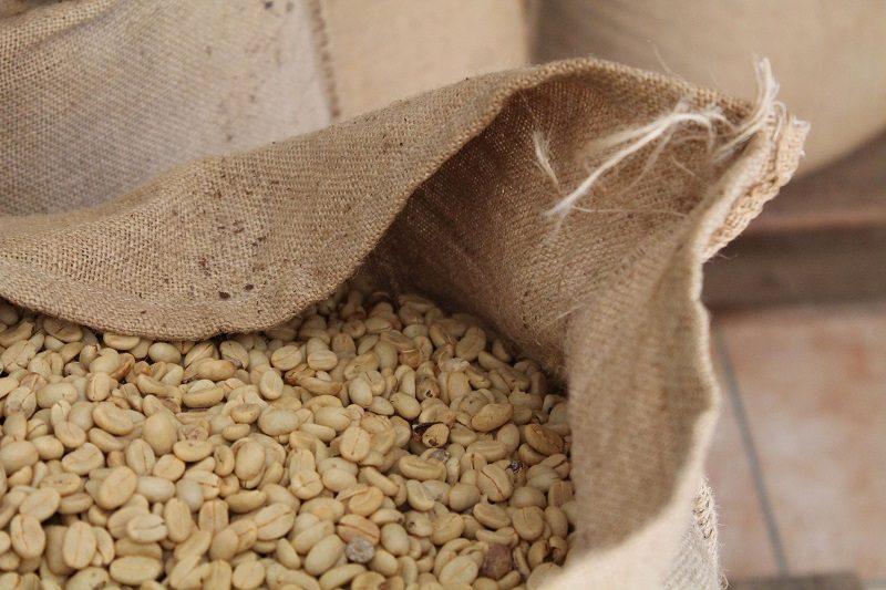 jutové vrece plné zelenej kávy