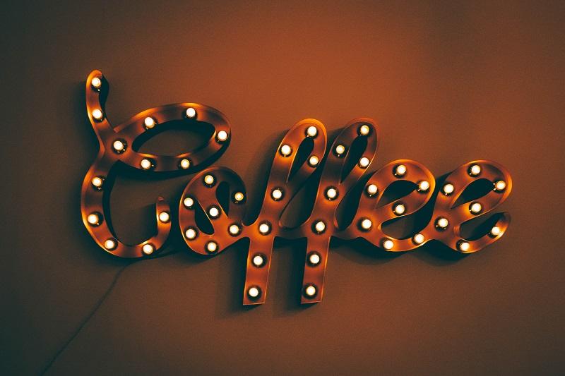 svetelný nápis coffee
