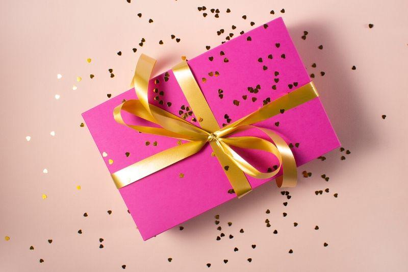 darček so zlatou stužkou