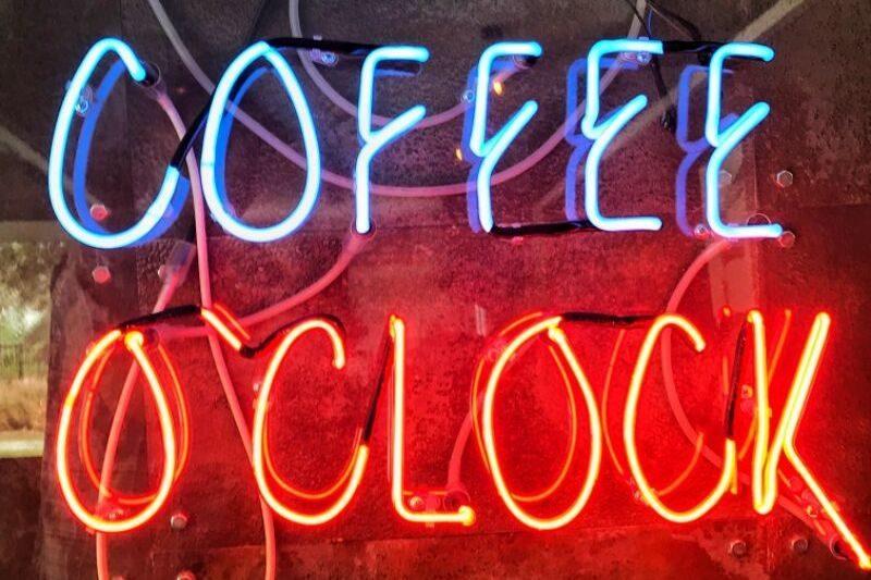 svetelný nápis coffee o´clock