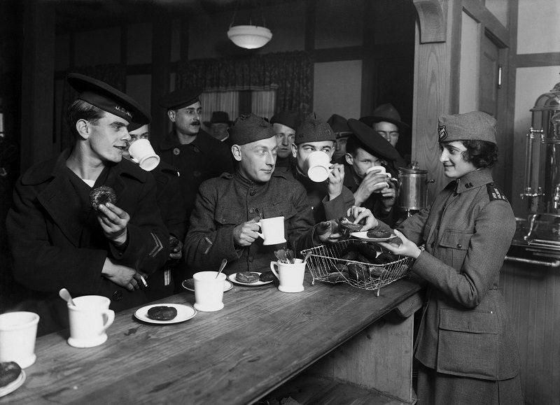 historická fotografia amerických vojakov pijúcich kávu