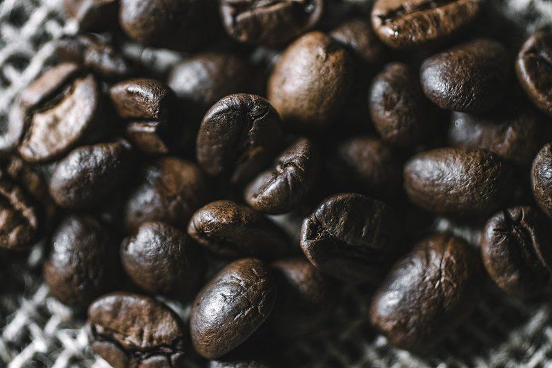 detailný záber na čerstvo upražené kávové zrnká