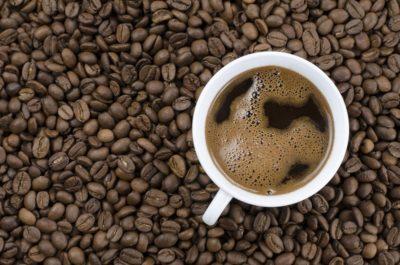 ilustračný obrázok zalievanej kávy v bielej šálke