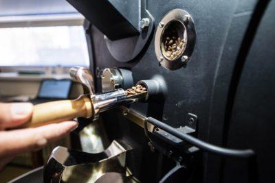 Detail pražiaceho stroja počas praženia kávy