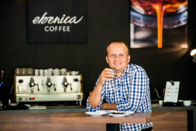 Marek Fajčík pije kávu v podnikovej predajni