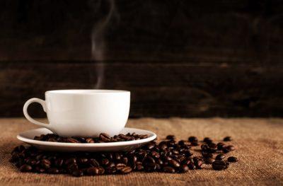 cappuccino v bielej šálke