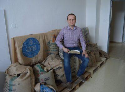 Marek Fajčík v sklade zelenej kávy
