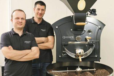 Marek a Andrej pri pražiacom stroji