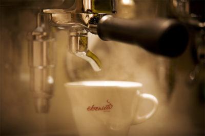 Kávovar počas prípravy espressa