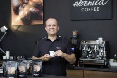 Marek Fajčík s espressom v ruke