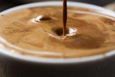 detail na hladinu kávy v šálke
