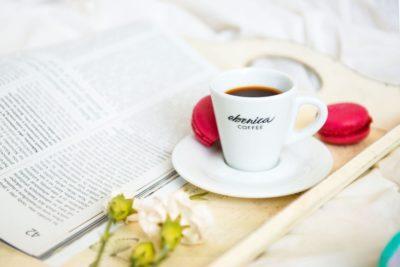 Espresso v bielej šálke s podšálkou Ebenica