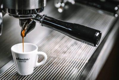 príprava espressa cez pákový kávovar