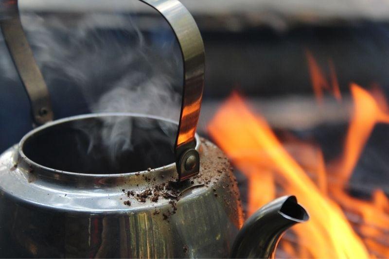 kovová kanvica na ohni